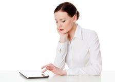 Femme avec l'ordinateur de comprimé Images stock