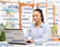 Femme avec l'ordinateur portable au-dessus des mots dans des langues étrangères images libres de droits