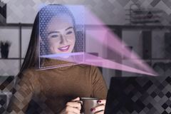 Femme avec l'ordinateur portable dans le bureau, reconnaissance des visages photo stock