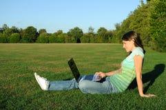 Femme avec l'ordinateur portatif à l'extérieur Image libre de droits