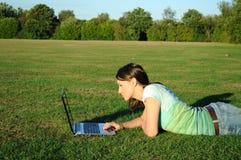 Femme avec l'ordinateur portatif à l'extérieur Image stock