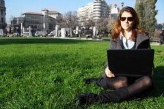 Femme avec l'ordinateur portatif photographie stock