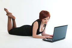 Femme avec l'ordinateur portatif. images stock