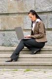 Femme avec l'ordinateur portatif Photos libres de droits