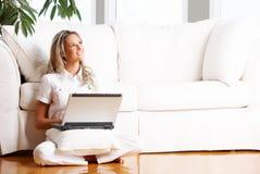 Femme avec l'ordinateur portatif