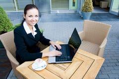 Femme avec l'ordinateur portatif image libre de droits