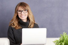 Femme avec l'ordinateur portatif photographie stock libre de droits