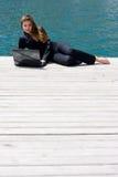 Femme avec l'ordinateur portatif et la mer Photo libre de droits