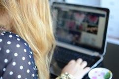 Femme avec l'ordinateur portatif et le café Photos libres de droits