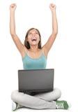 Femme avec l'ordinateur portatif gagnant avec la réussite Photographie stock libre de droits
