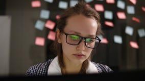 Femme avec l'ordinateur portatif Jeune femme dans le fonctionnement en verre à un ordinateur portable dans le bureau Femme d'affa clips vidéos