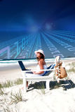 Femme avec l'ordinateur portatif sur la plage image stock