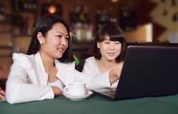 Femme avec l'ordinateur portatif sur le café Photographie stock