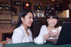 Femme avec l'ordinateur portatif sur le café Images libres de droits