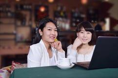 Femme avec l'ordinateur portatif sur le café Images stock
