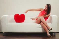 Femme avec l'oreiller de forme de coeur Amour du jour de Valentine Image stock