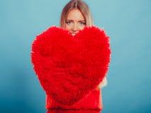 Femme avec l'oreiller de forme de coeur Amour du jour de Valentine Photo libre de droits