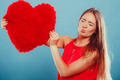 Femme avec l'oreiller de forme de coeur Amour du jour de Valentine Photos libres de droits