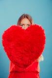 Femme avec l'oreiller de forme de coeur Amour du jour de Valentine Images libres de droits
