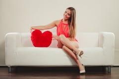 Femme avec l'oreiller de forme de coeur Amour du jour de Valentine Photographie stock