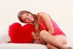 Femme avec l'oreiller de forme de coeur Amour du jour de Valentine Images stock