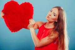 Femme avec l'oreiller de forme de coeur Amour du jour de Valentine Photographie stock libre de droits