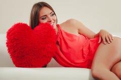 Femme avec l'oreiller de forme de coeur Amour du jour de Valentine Image libre de droits