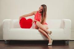 Femme avec l'oreiller de forme de coeur Amour du jour de Valentine Photos stock
