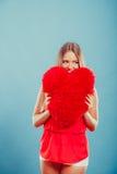 Femme avec l'oreiller de forme de coeur Amour du jour de Valentine Photo stock