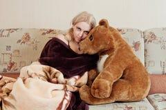 Femme avec l'ours de nounours images libres de droits