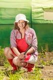 Femme avec l'outil de jardinage fonctionnant dans le jardin Images libres de droits