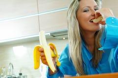 Femme avec la banane Photo stock