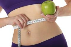 Femme avec la bande verte de pomme et de mesure Photo libre de droits