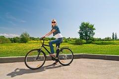 Femme avec la bicyclette Photos stock