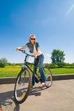 Femme avec la bicyclette Photo libre de droits
