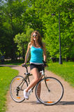 Femme avec la bicyclette Photo stock