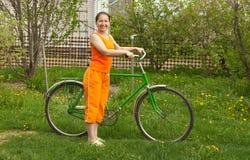 Femme avec la bicyclette Images libres de droits