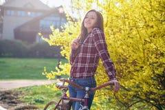 Femme avec la bicyclette de vintage en parc Photo stock