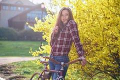Femme avec la bicyclette de vintage en parc Images stock