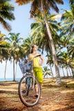 Femme avec la bicyclette en nature Photos libres de droits
