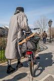 Femme avec la bicyclette et la baguette française typique sur les rues de Paris central, France photos stock