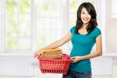 Femme avec la blanchisserie images stock