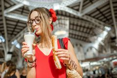 Femme avec la boisson traditionnelle d'Espagnol de Horchata Photographie stock libre de droits