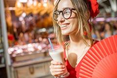 Femme avec la boisson traditionnelle d'Espagnol de Horchata Images libres de droits