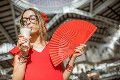 Femme avec la boisson traditionnelle d'Espagnol de Horchata Photos stock