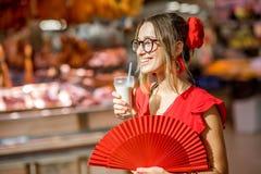Femme avec la boisson traditionnelle d'Espagnol de Horchata Photo stock