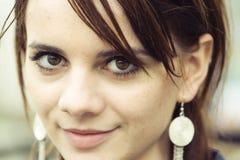 Femme avec la boucle d'oreille argentée Photos libres de droits