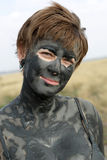 Femme avec la boue saine noire Images stock