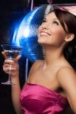 Femme avec la boule de cocktail et de disco Images stock