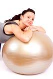 Femme avec la boule de forme physique Images libres de droits
